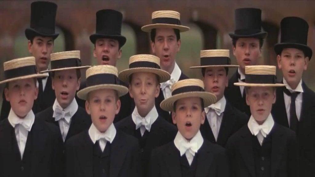 niños cantando a coro