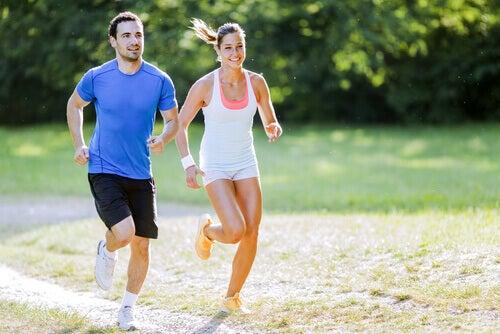 Pareja haciendo deporte para superar el estrés