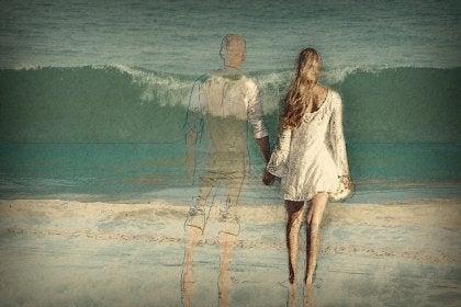 mujer de la mano de una figura desdibujada simbolizando las crisis en parejas estables