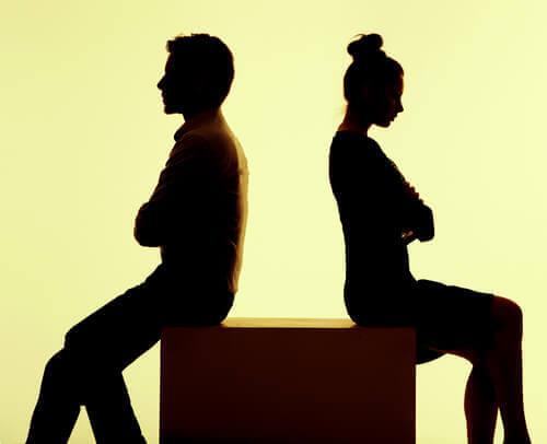 pareja dándose la espalda