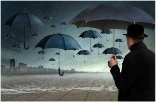 Persona insegura entre paraguas