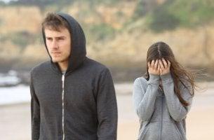 Chico enfadado con su novia
