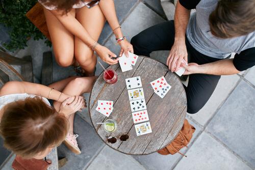 Gente jugando a las cartas