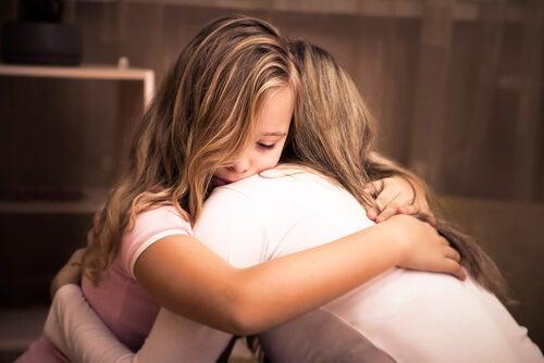 Niña abrazando a su madre