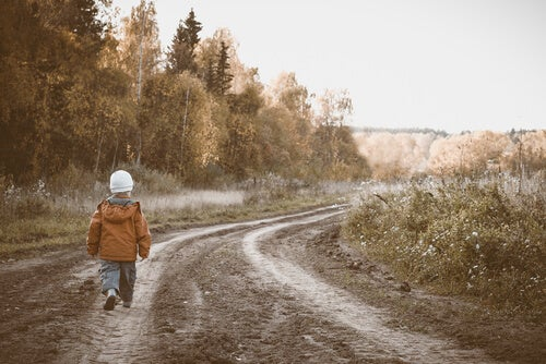 Niño andando por un camino