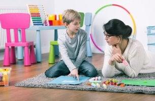 Psicóloga con un niño