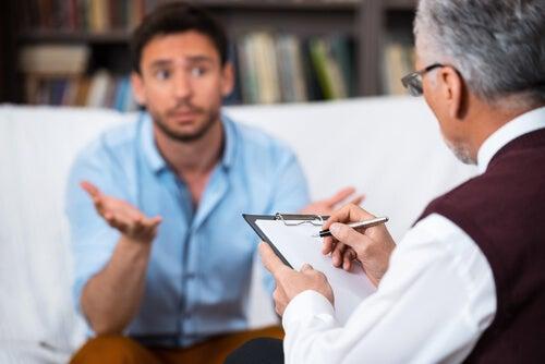Psicólogo con su paciente