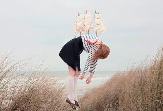 chica con barco