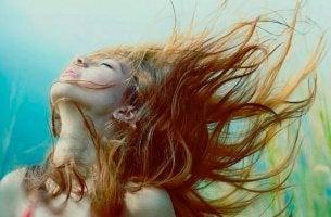 Chica sintiéndose libre con cabello al viento