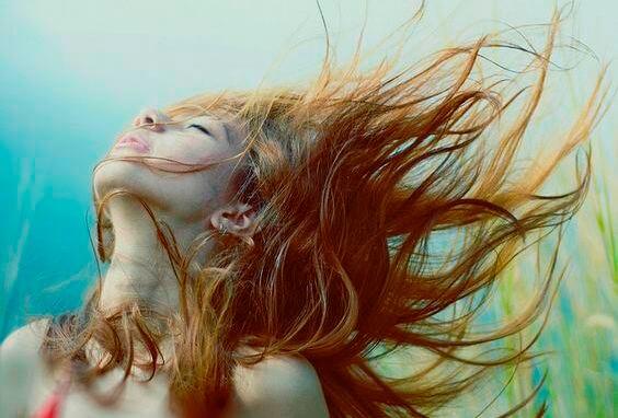 chica con cabello al viento