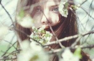 Chica representando la timidez