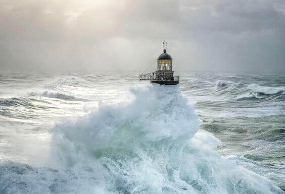 Faro en el mar