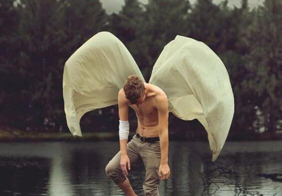 hombre con alas