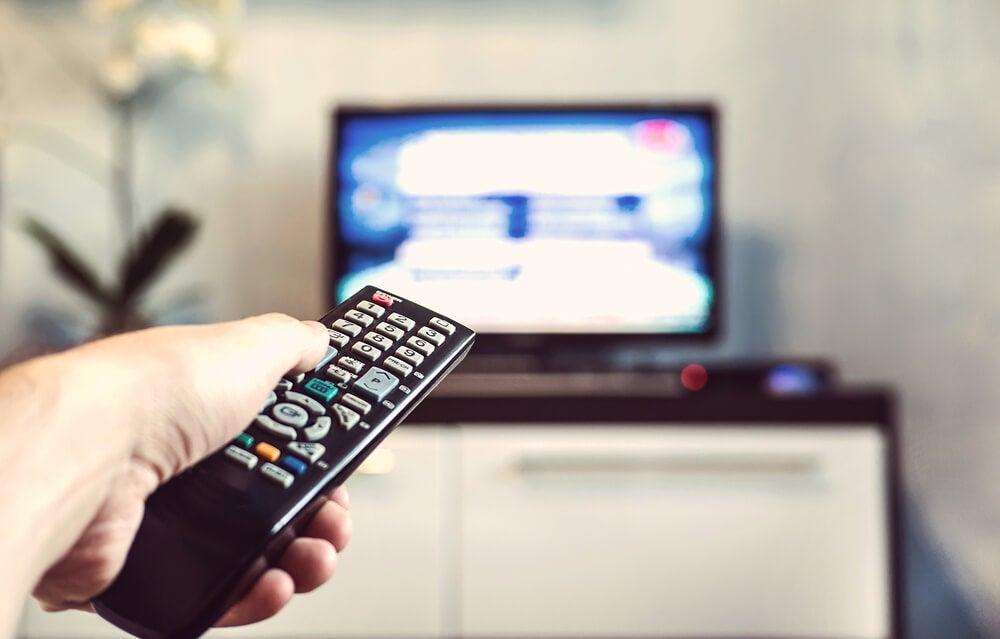 Hombre con unmando de televisión
