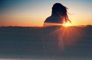 mujer amanecer