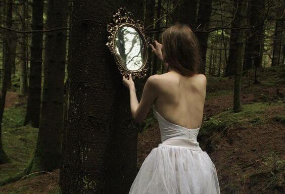 mujer ante el espejo