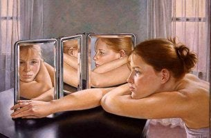Enamorate de ti, mujer frente a un espejo