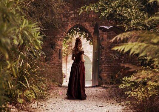 mujer ante el umbral