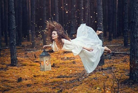 mujer con candil luchando para sacar fuerzas