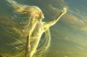 Mujer con una luz a la que no afectan las cosas