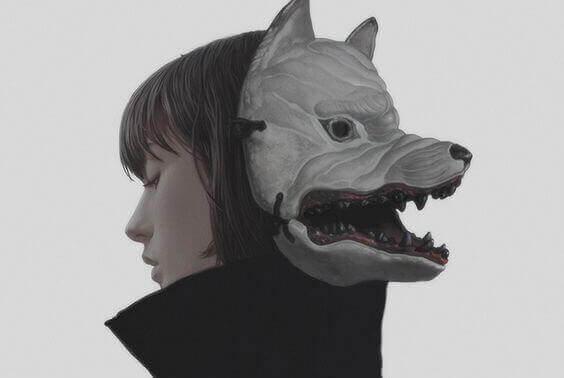 Mujer con una máscara como símbolo de agresiones verbales