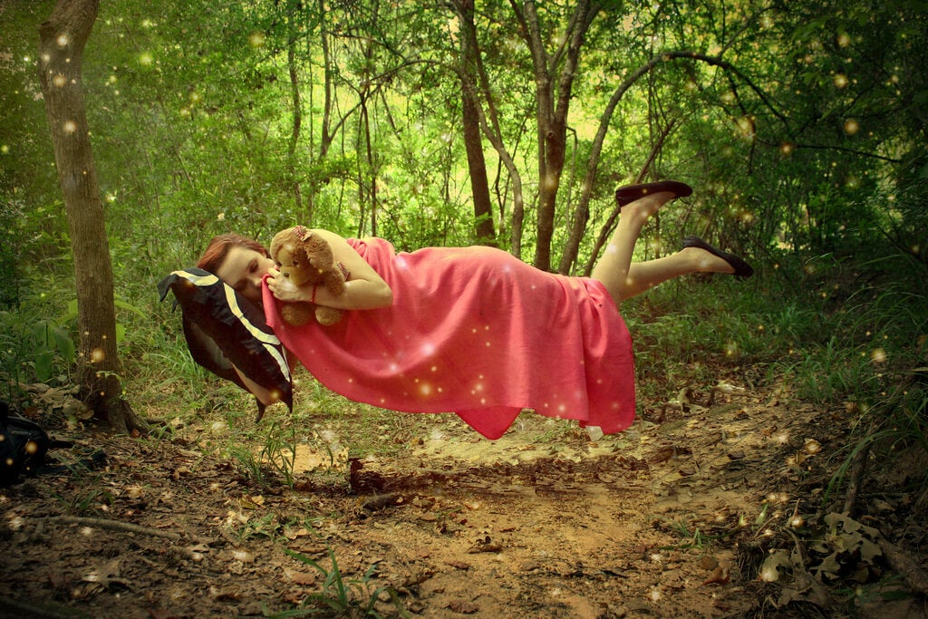 Mujer durmiendo con peluche