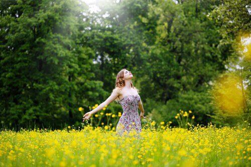 Mujer en el campo simbolizando frases que te ayudarán a perdonar