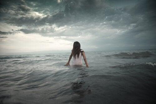 Mujer en el mar enfrentándose a sus ladrones de energía
