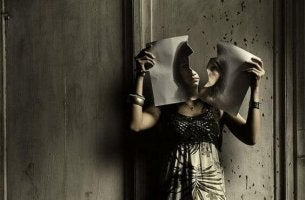 Mujer con una imagen rota representando el juego del odio
