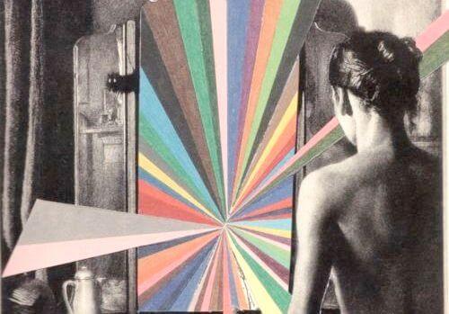 mujer ante puerta representando las estrategias de manipulación masiva