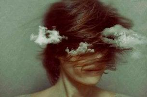 Mujer con nubes alrededor
