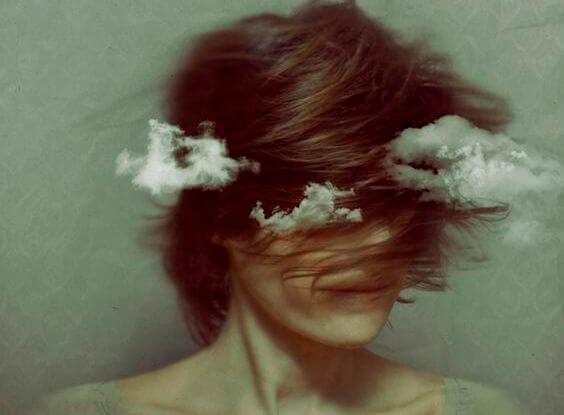 Mujer con nubes alrededor pensando en su batalla emocional