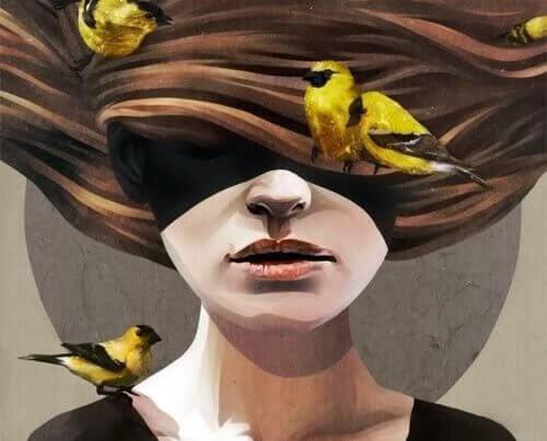 Mujer con pájaros cubriendo el cabello