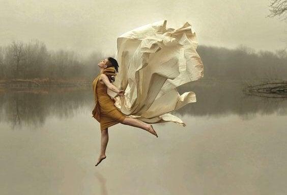 Mujer sobre un lago