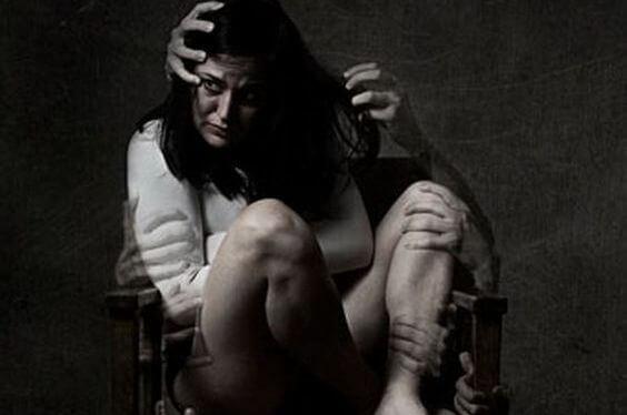 mujer víctima del juego del odio