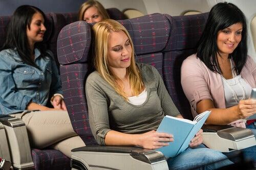Mujeres leyendo en un avión sin miedo a volar