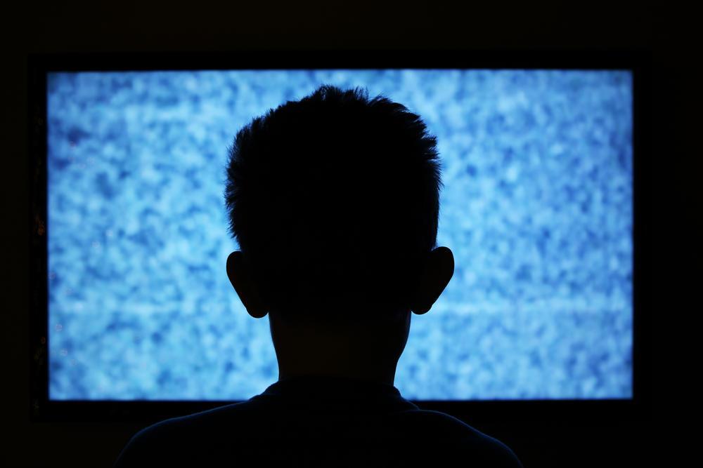 Niño mirando la televisión