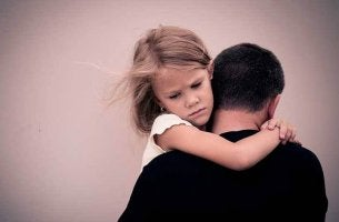 Hiaj de pades alcohólicos en brazos del padre