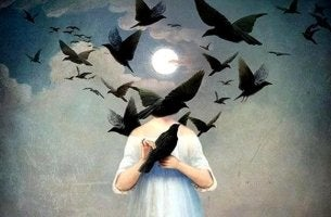 Mujer pobre de espíritu rodeada de cuervos