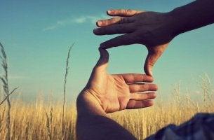 Persona creativa haciendo un cuadro con las manos