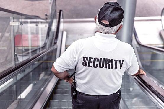 hombre mayor trabajando en seguridad