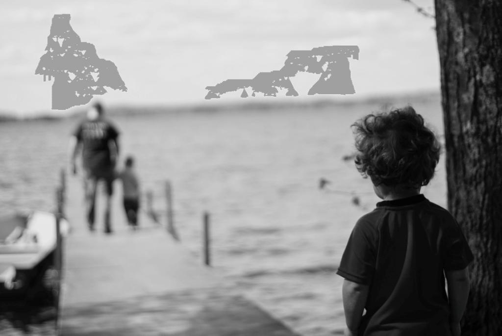 niño nostálgico en el muelle mirando a su familia