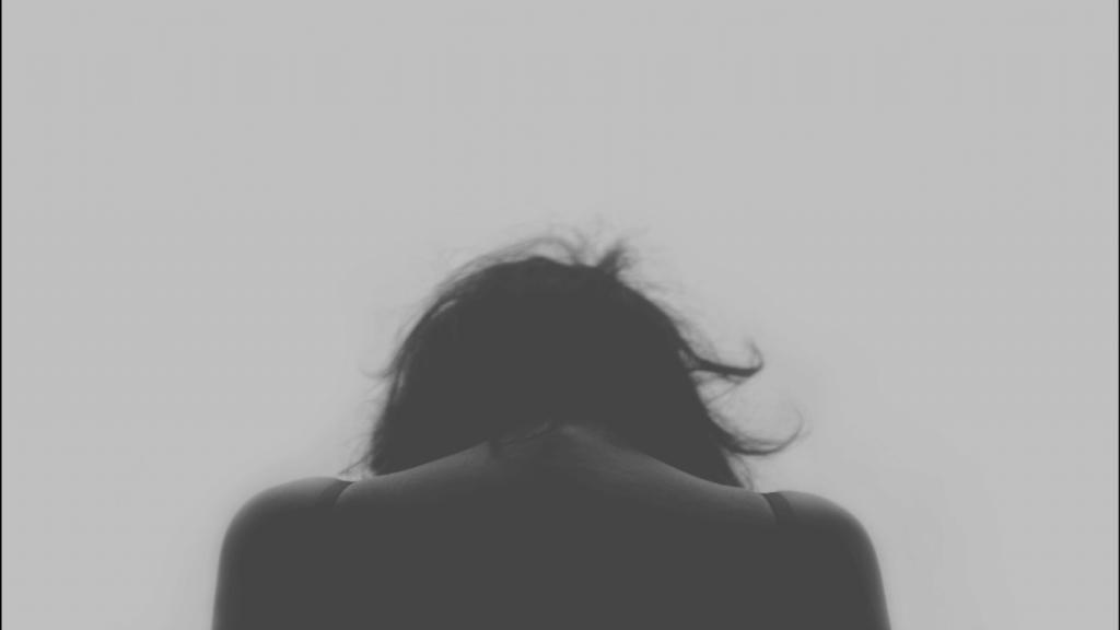 mujer de espaldas triste