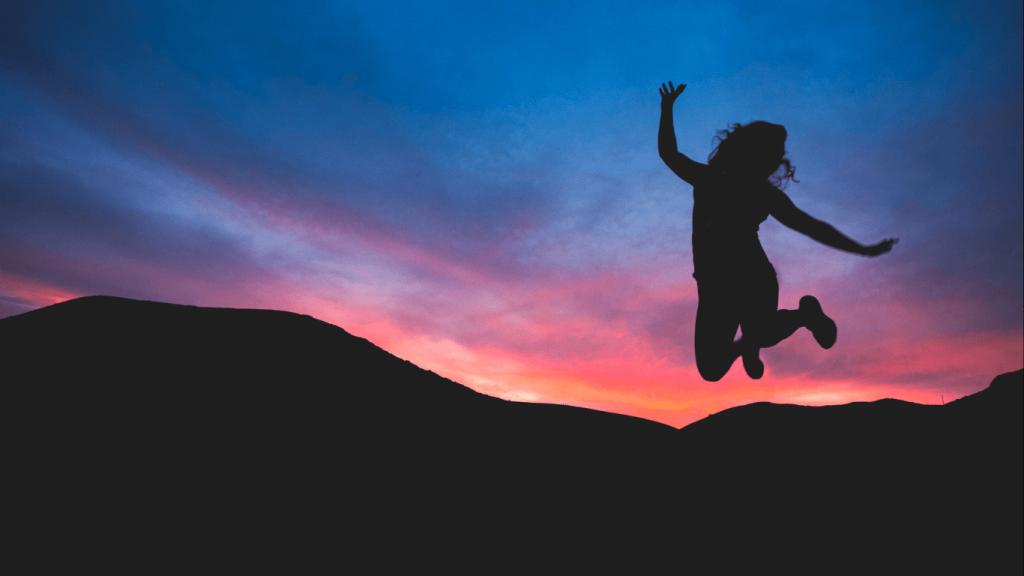 mujer saltando feliz