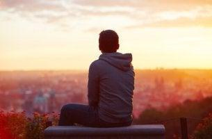chico de espaldas mirando la ciudad