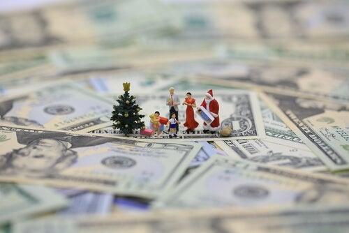 Figuras de navidad sobre dinero