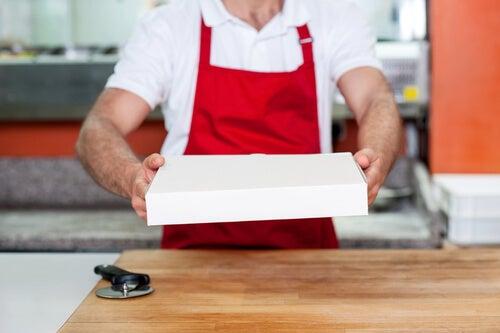 Hombre dando una pizza