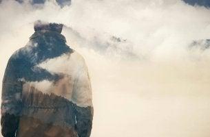 Hombre entre nubes