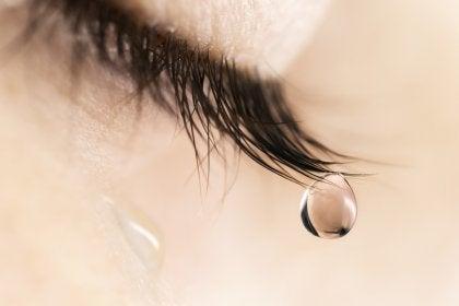 Mujer con lágrima