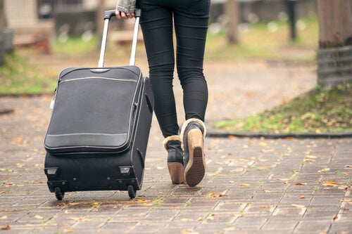 Mujer maleta